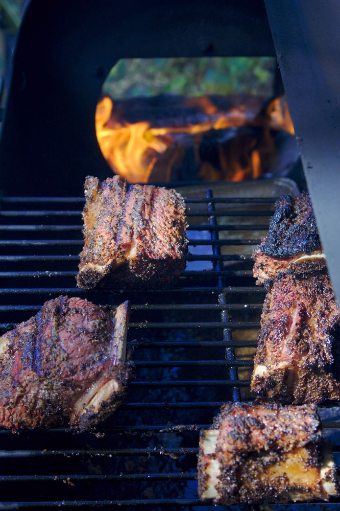 barbecue grill with short ribs