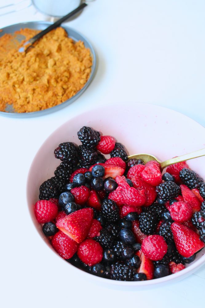 berries in a bowl with caramel powder