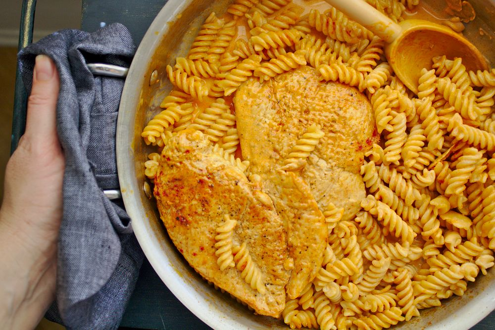 chicken breast in pan with fusilli pasta