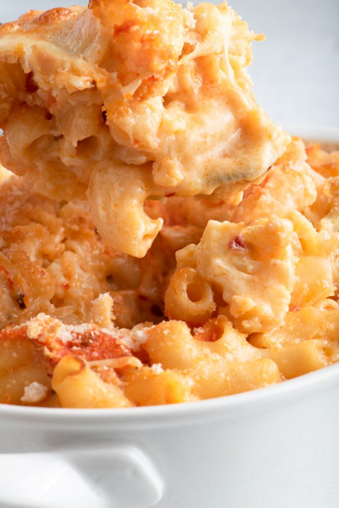 baked mac and cheese with cauliflower and buffalo sauce
