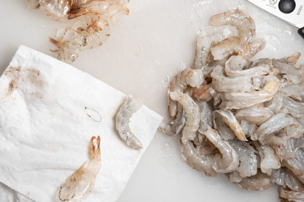 shrimp cleaning with paper towel