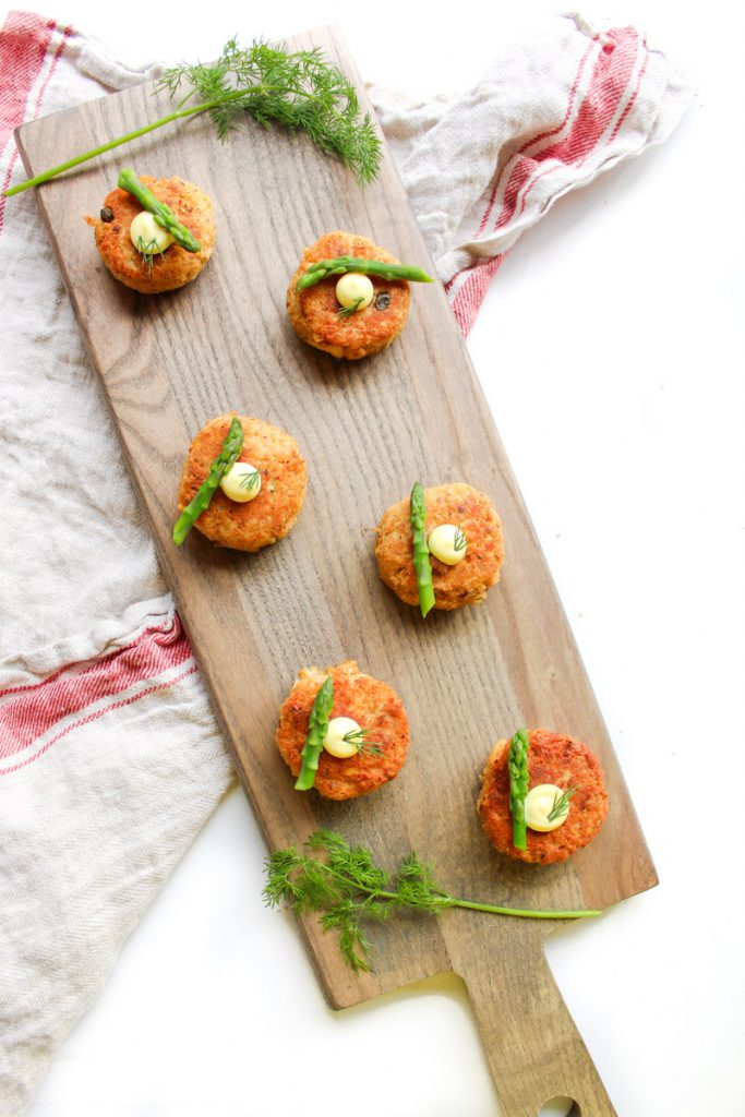 pan-fried salmon cakes with asparagus and aioli